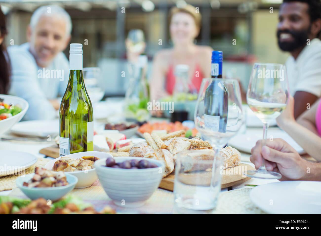 Piastre di cibo sul tavolo all'aperto Foto Stock