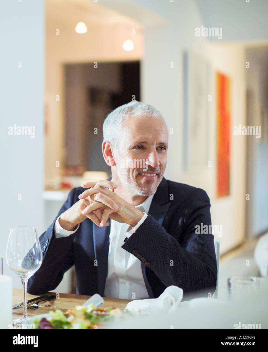 Uomo seduto a cena Immagini Stock