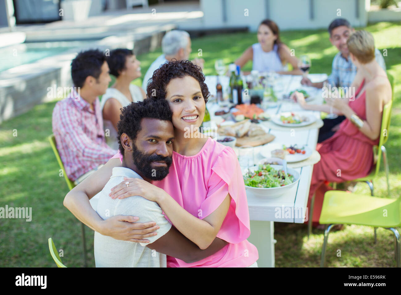 Giovane costeggiata a tavola all'aperto Immagini Stock