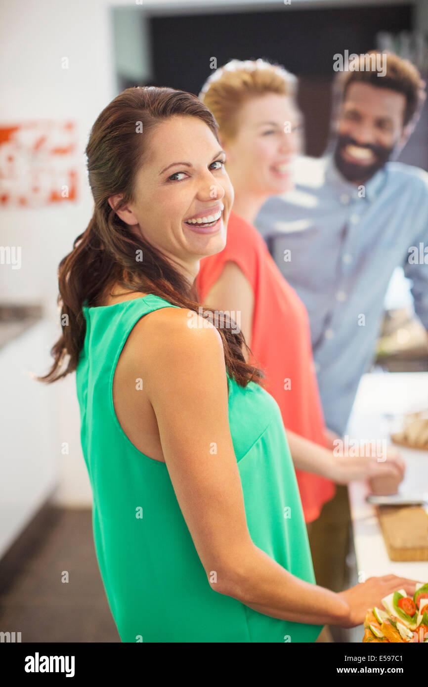 Donna che ride a parte Immagini Stock
