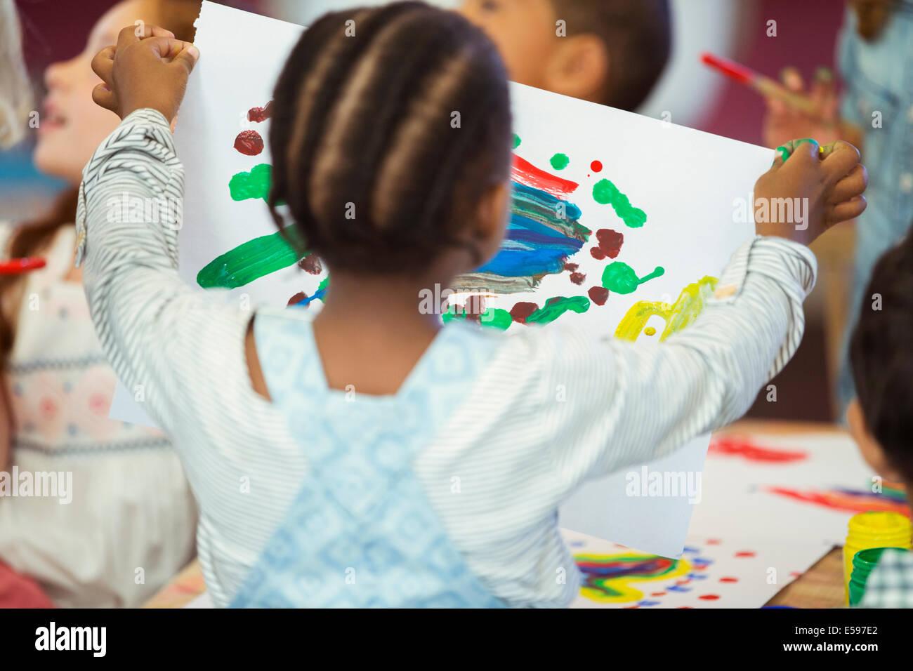 Studente tenendo la pittura in classe Immagini Stock