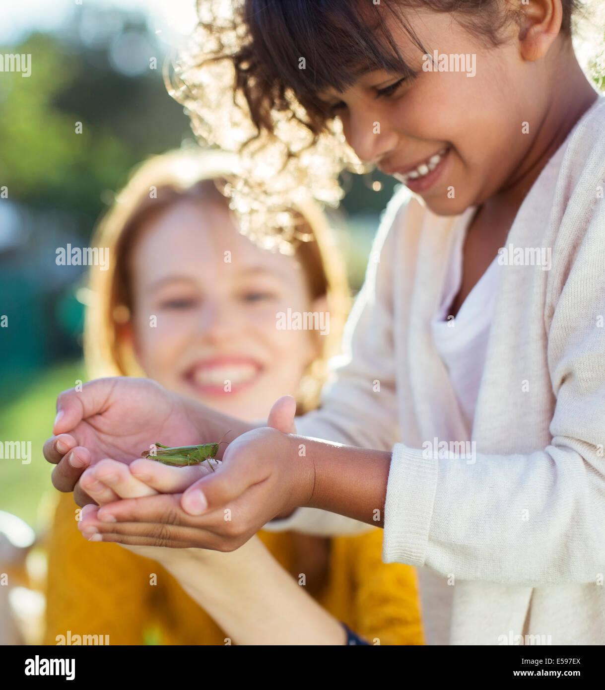 Madre e figlia esaminando gli insetti Immagini Stock