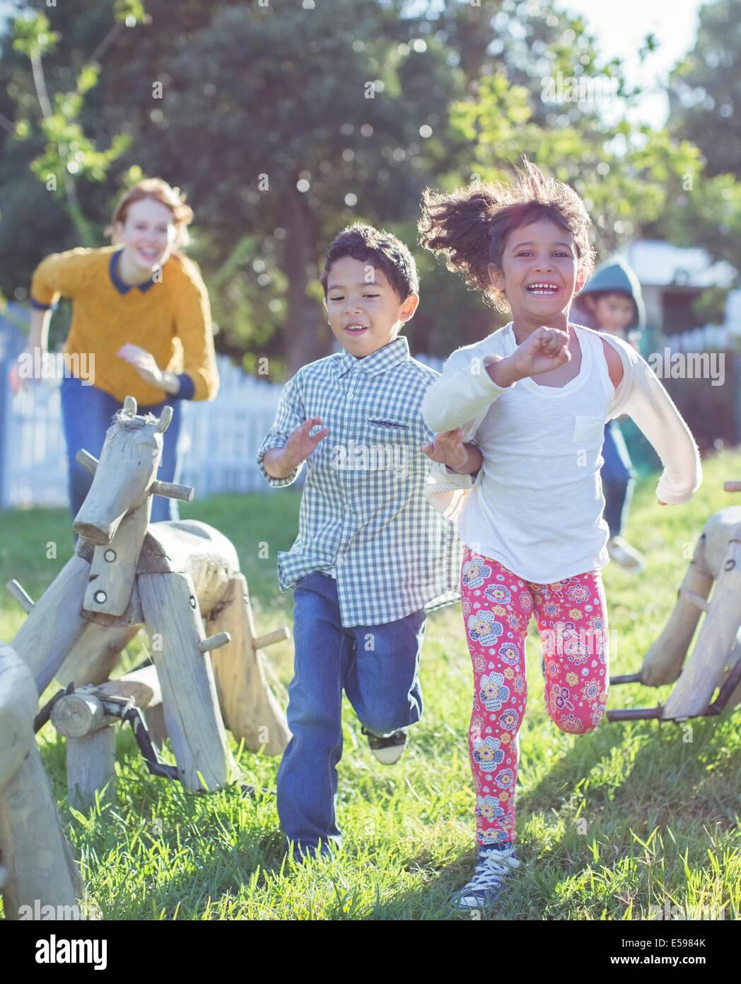 I bambini in esecuzione sul parco giochi Immagini Stock