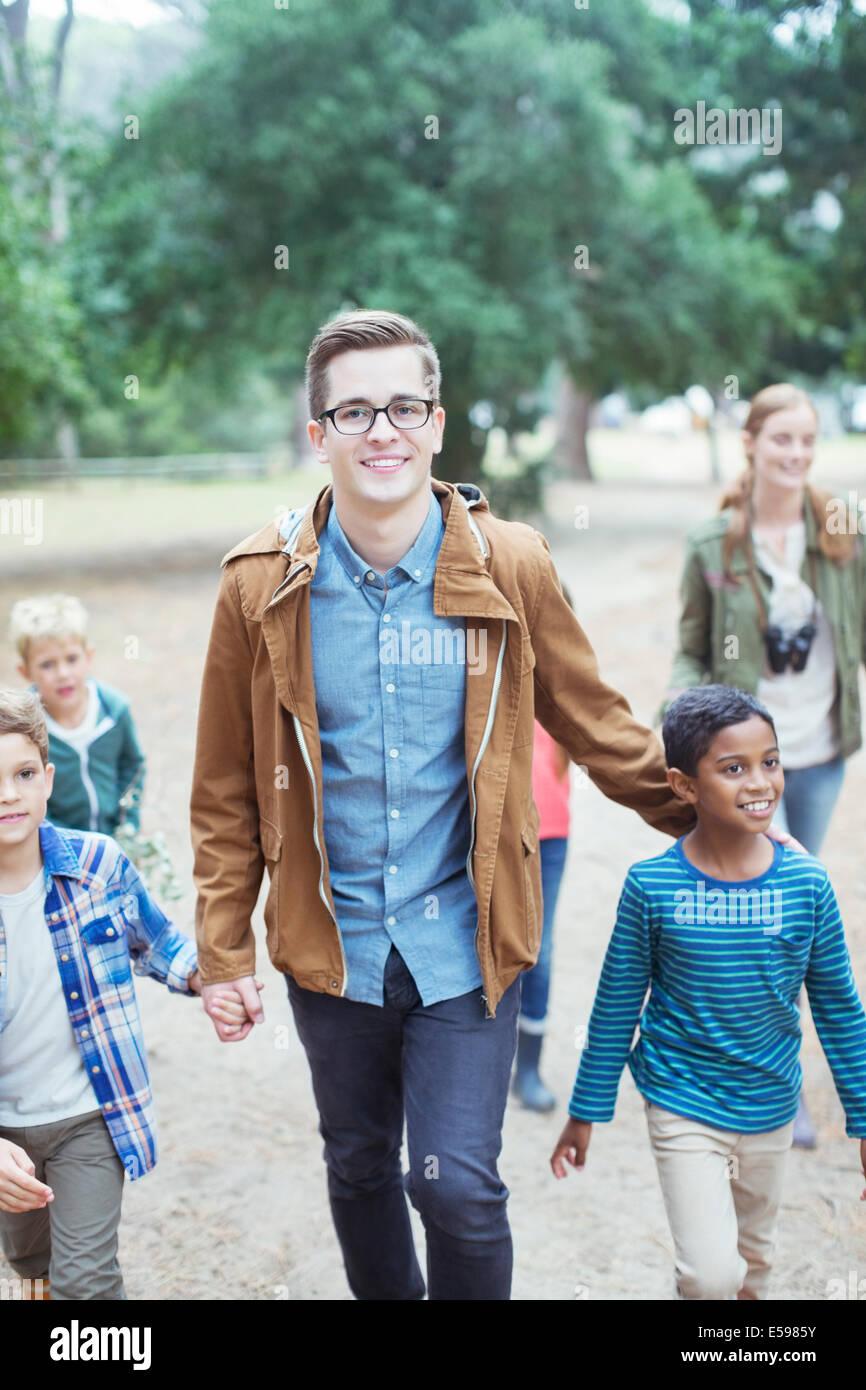 Gli studenti e gli insegnanti a piedi all'aperto Immagini Stock