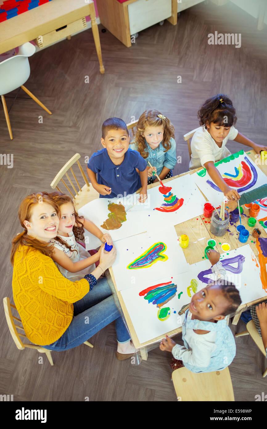 Studenti e insegnante pittura in aula Immagini Stock