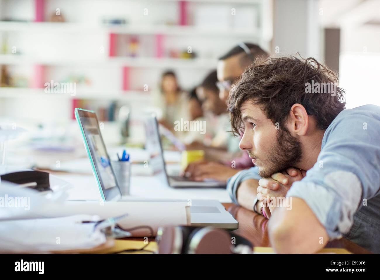 Le persone che lavorano in ufficio Immagini Stock