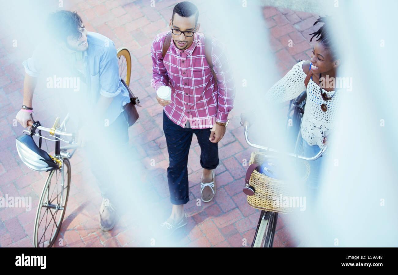 Amici a camminare su una strada di città Immagini Stock