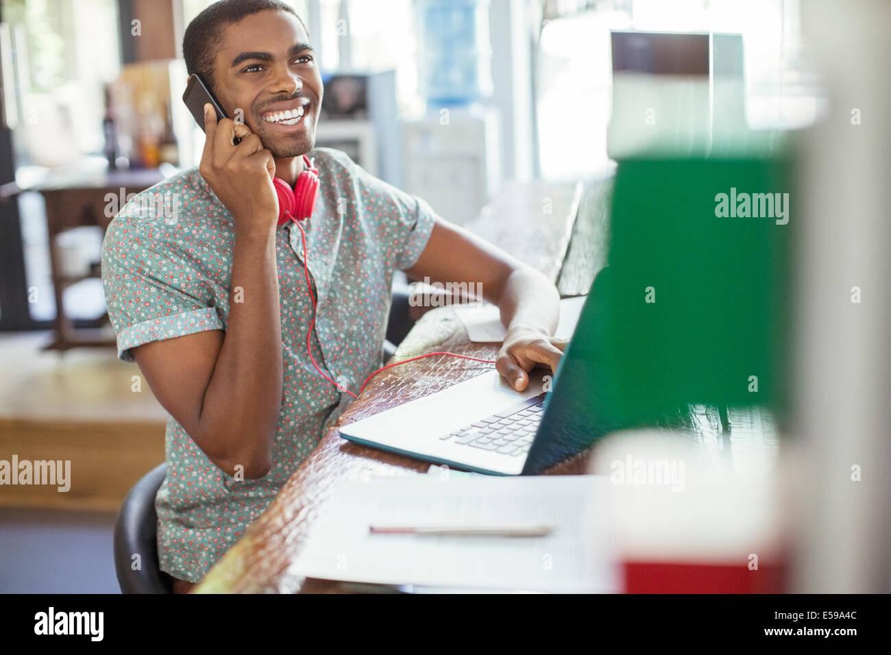Uomo che lavora a un tavolo per conferenza in Office Immagini Stock