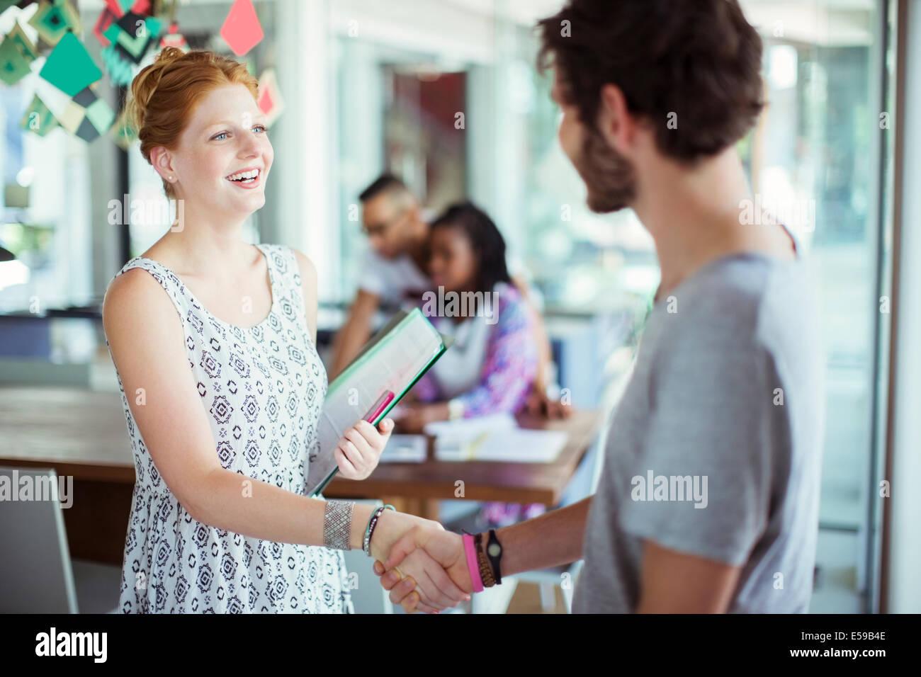 Le persone si stringono la mano in ufficio Immagini Stock