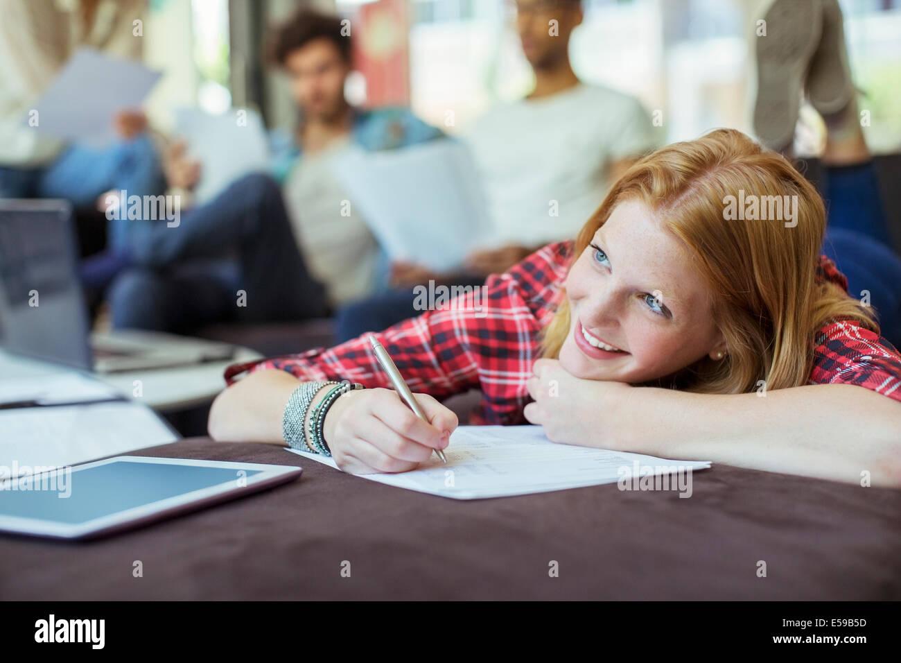 Donna iscritto in office Immagini Stock