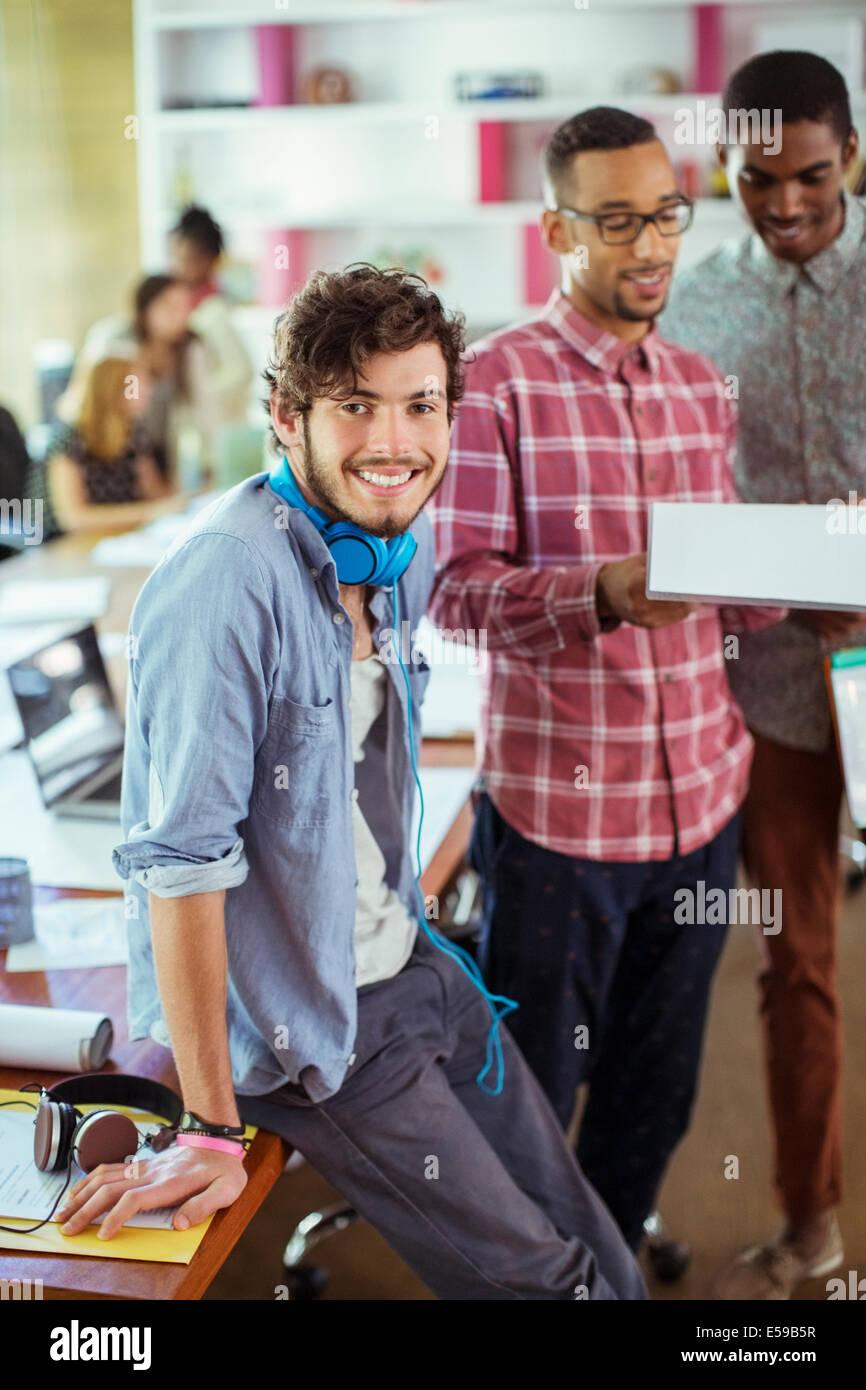 La gente sorridente in ufficio Immagini Stock