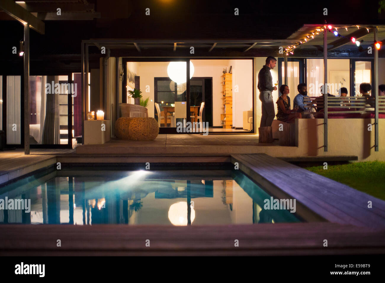 Empty immagini empty fotos stock alamy for Disegni casa piscina cortile
