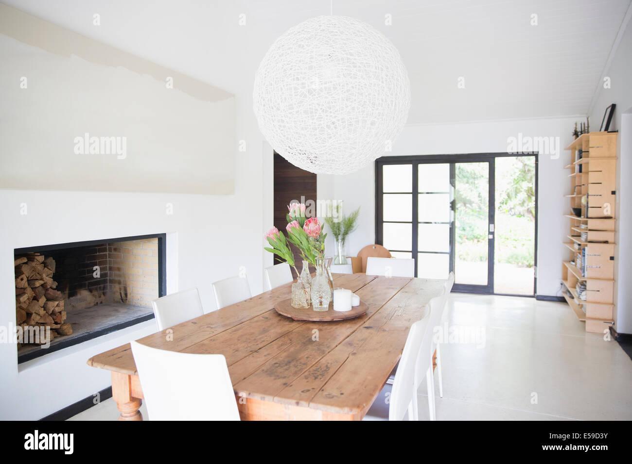 Tavolo da pranzo e lampadario in una moderna sala da pranzo Immagini Stock