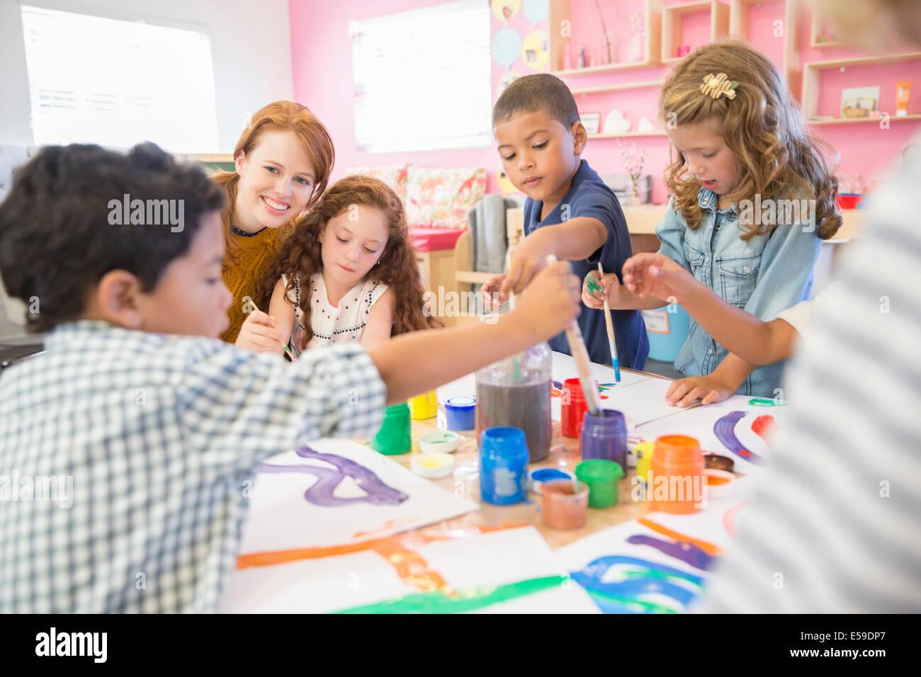 Pittura di studenti in classe Immagini Stock