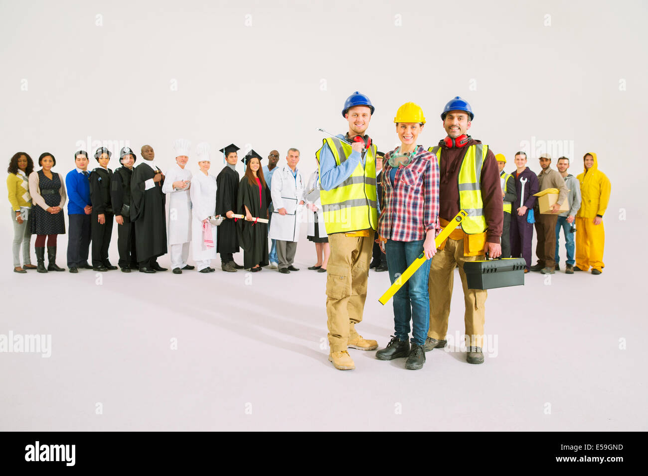 Ritratto di lavoratori edili nella parte anteriore della forza lavoro Immagini Stock