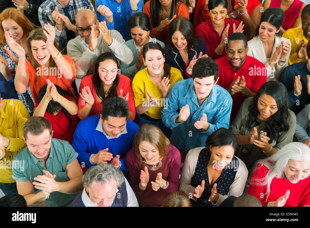 Diverse folla battendo le mani Foto Stock