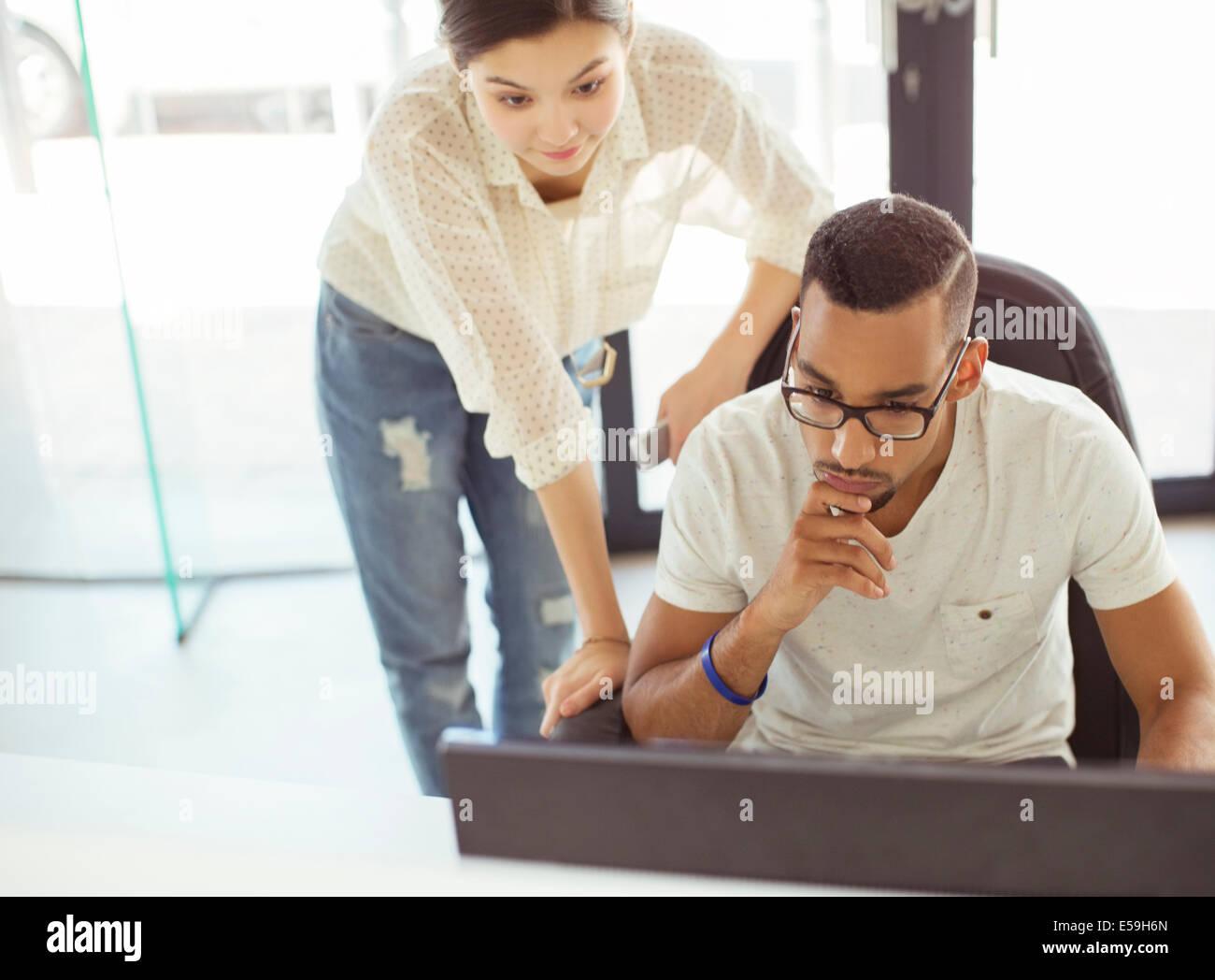 Persone che lavorano insieme in ufficio Immagini Stock