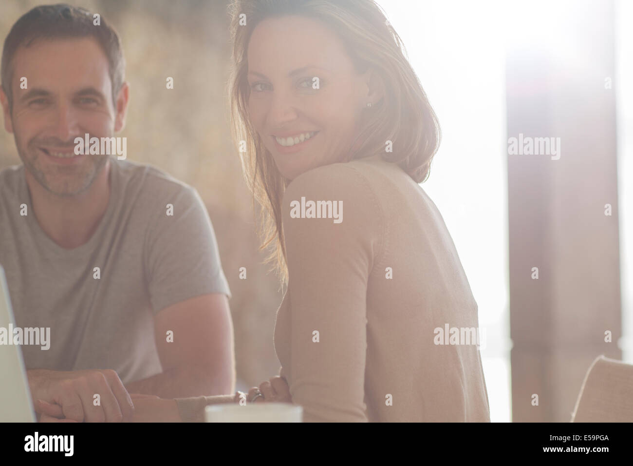 Coppia sorridente al tavolo per la colazione Immagini Stock