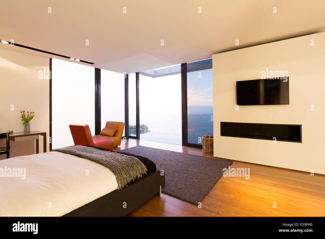 Camera da letto e le porte di vetro di casa moderna Immagini Stock