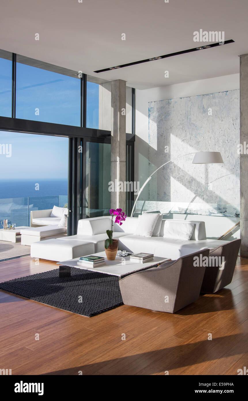 Porte scorrevoli in vetro di soggiorno moderno Immagini Stock