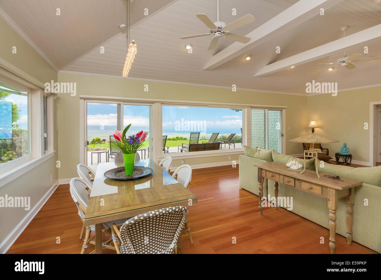 Soggiorno e sala da pranzo nella bella casa con pavimenti in legno ...