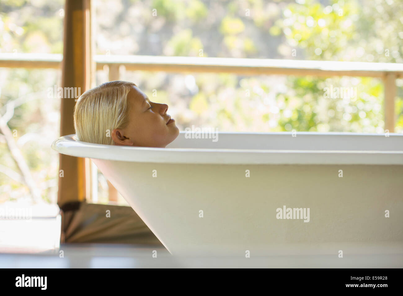 Vasca Da Bagno Relax : Donna relax nella vasca da bagno foto & immagine stock: 72130416 alamy