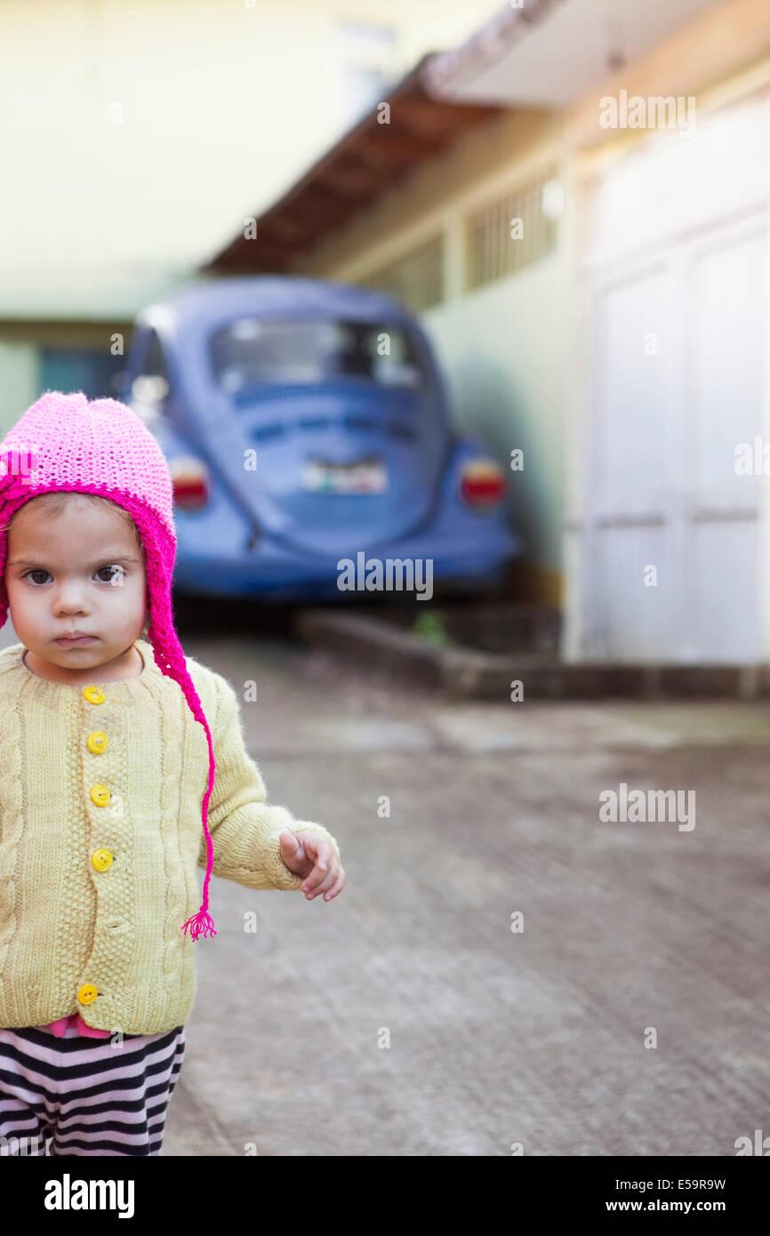 Ragazza indossando Berretto in maglia all'aperto Immagini Stock