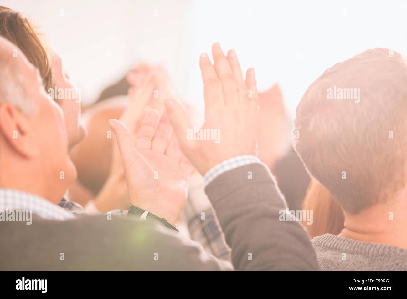 Folla che applaude Foto Stock