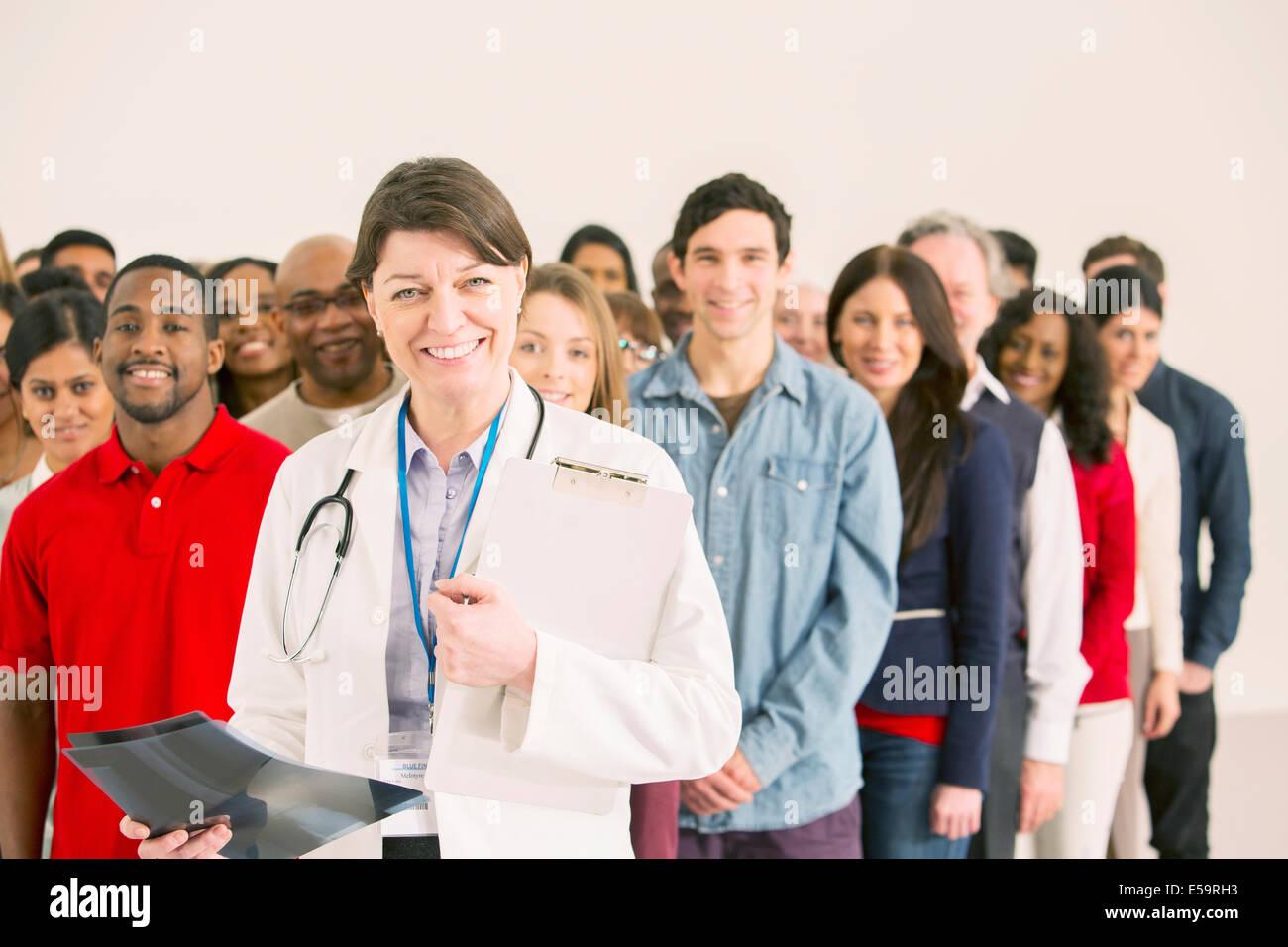 La folla dietro il medico di fiducia Immagini Stock
