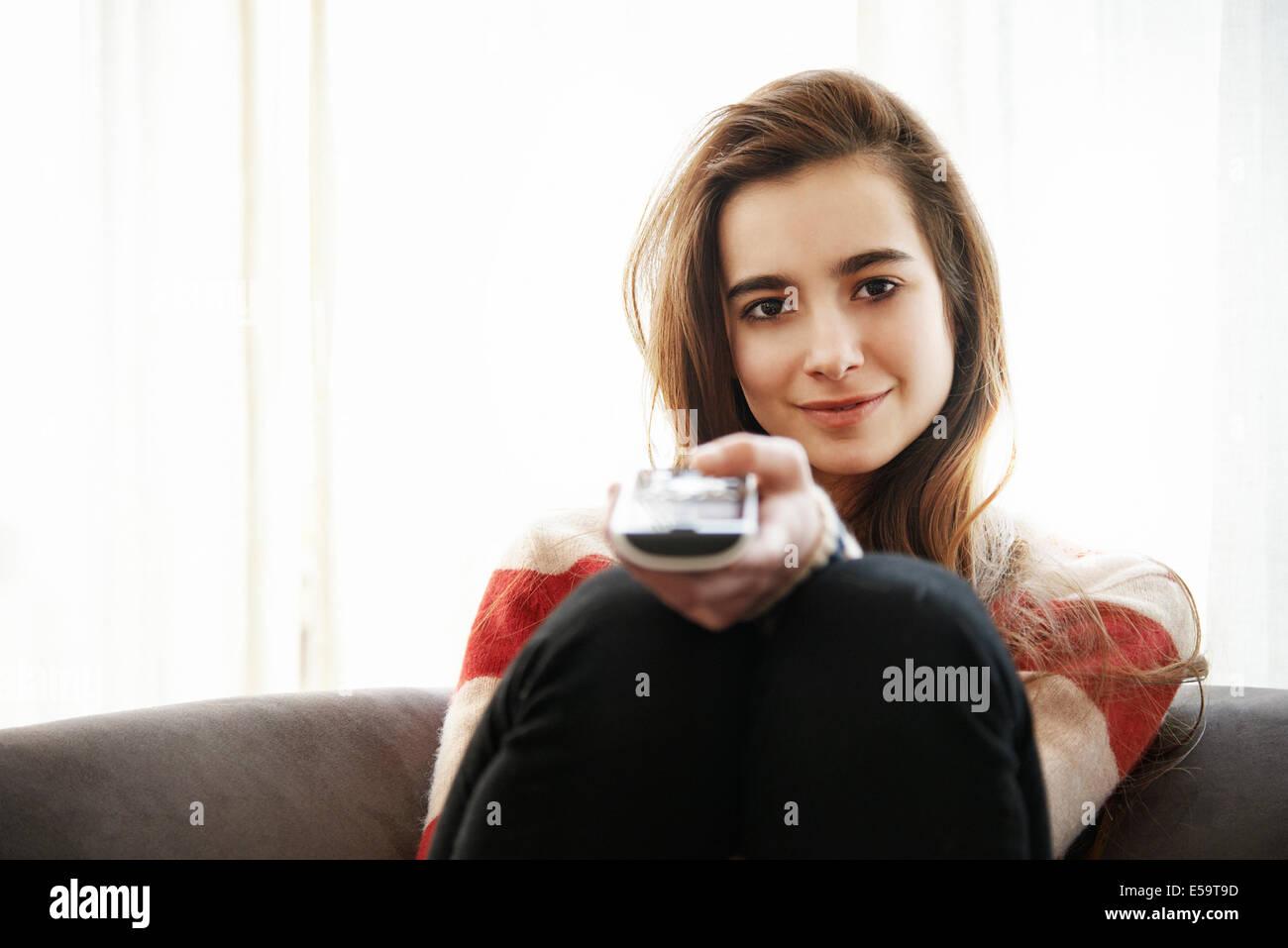 Ragazza adolescente di guardare la televisione sul divano Immagini Stock