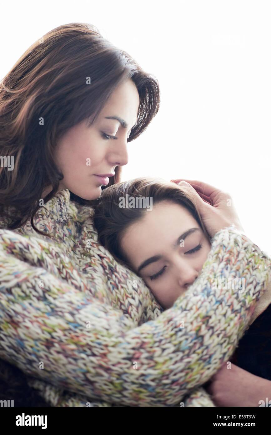 La madre abbraccia la figlia Foto Stock