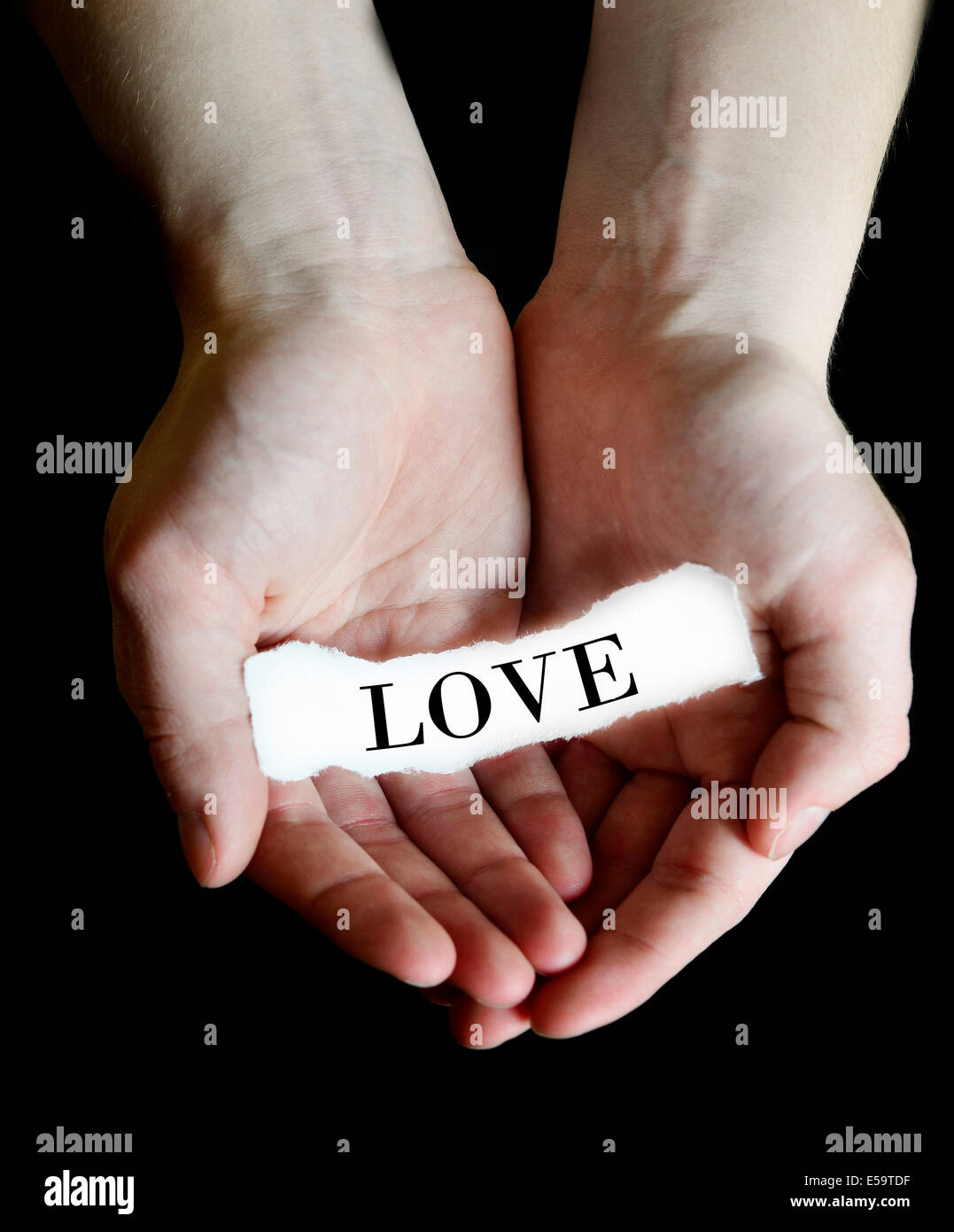 Persona mani cupping messaggio di carta per amore Immagini Stock