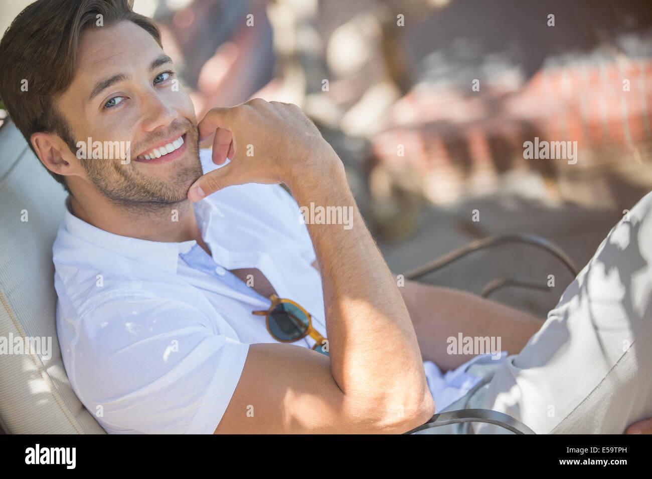 Uomo sorridente di relax all'aperto Immagini Stock