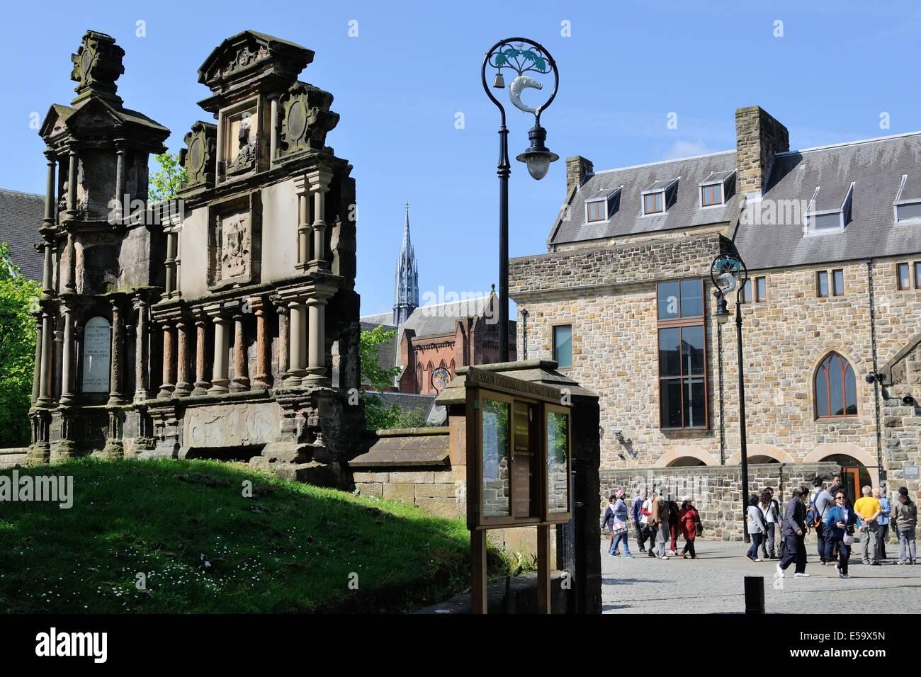 I turisti si avvicinano i motivi della cattedrale di Glasgow, la Necropoli e il museo di arte religiosa e della Immagini Stock
