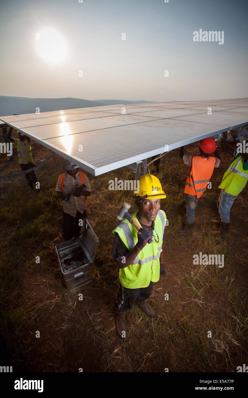 I tecnici che installano pannelli in uno di Africa orientale la più grande aziende solari, Rwamagana distretto, Immagini Stock