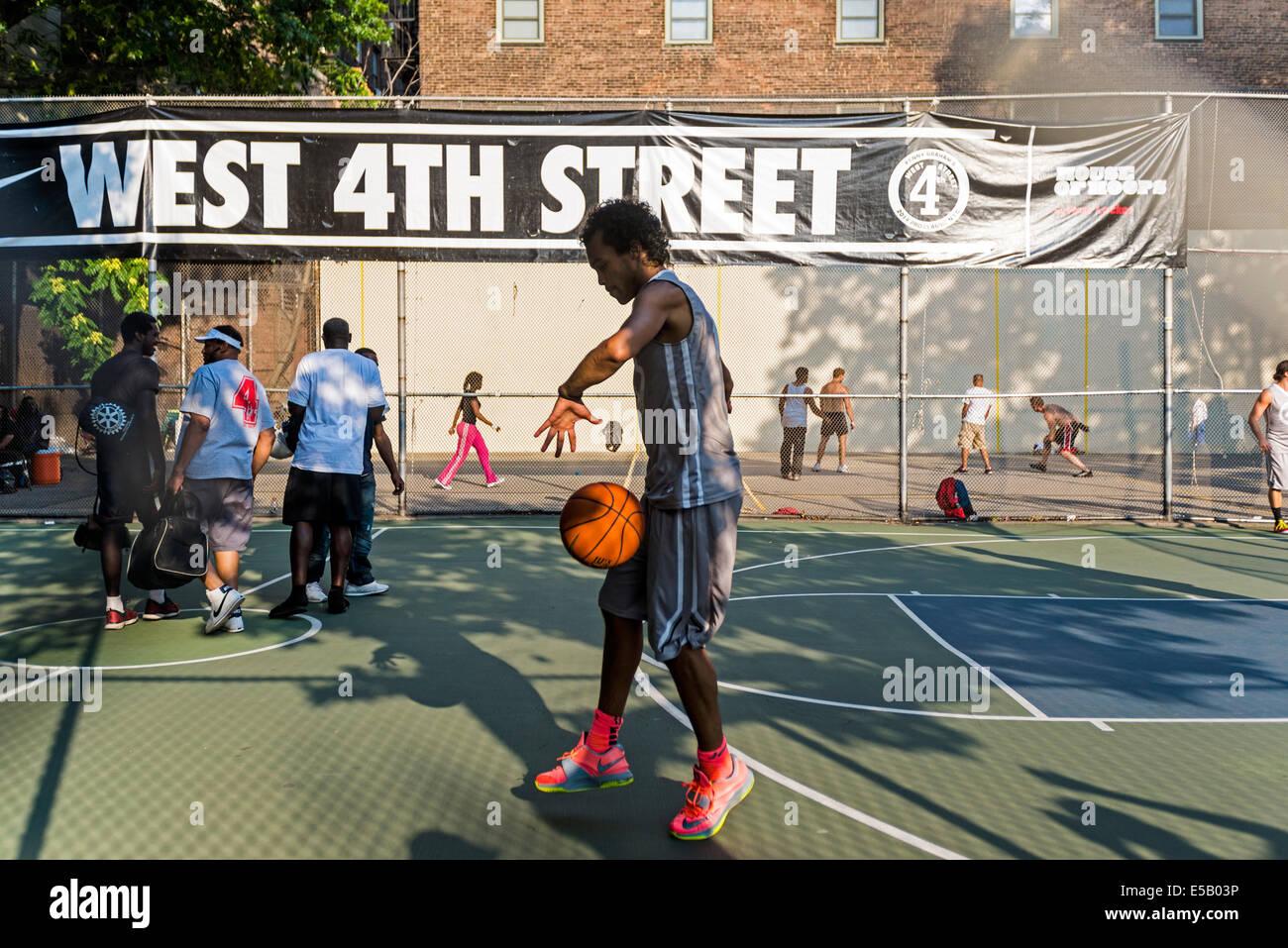 New York, NY 25 Luglio 2014 - Il giovane uomo cerchi di praticante presso il West Fourth Street Basket ©Stacy Rosenstock Foto Stock