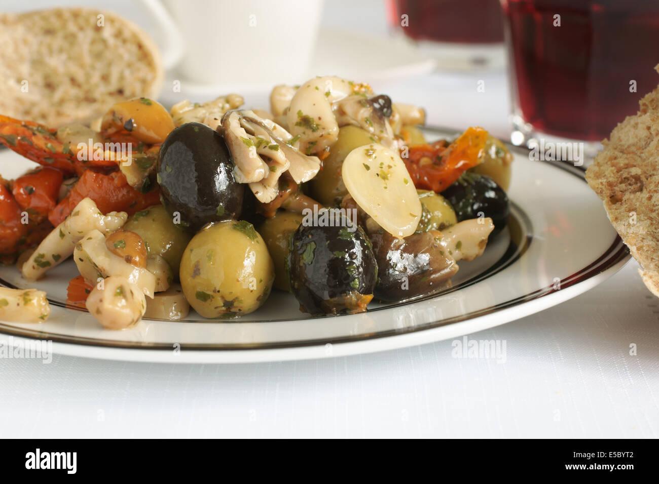 Antipasti fatti con olive aglio pomodoro secco e Funghi Shitake Foto Stock