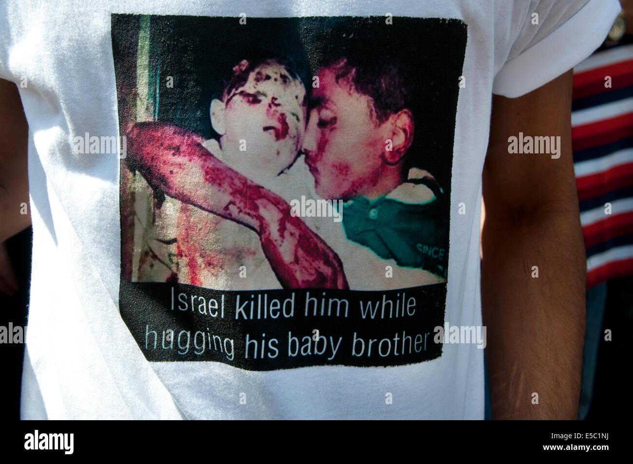 La dimostrazione contro il bombardamento israeliano della Striscia di Gaza, 26.07.2014. Un manifestante indossa Immagini Stock