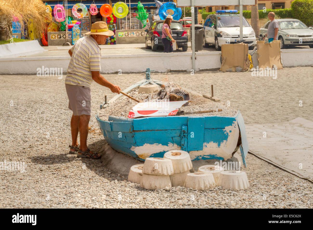 Illuminazione uomo uno dei tanti barbecue sulla spiaggia è