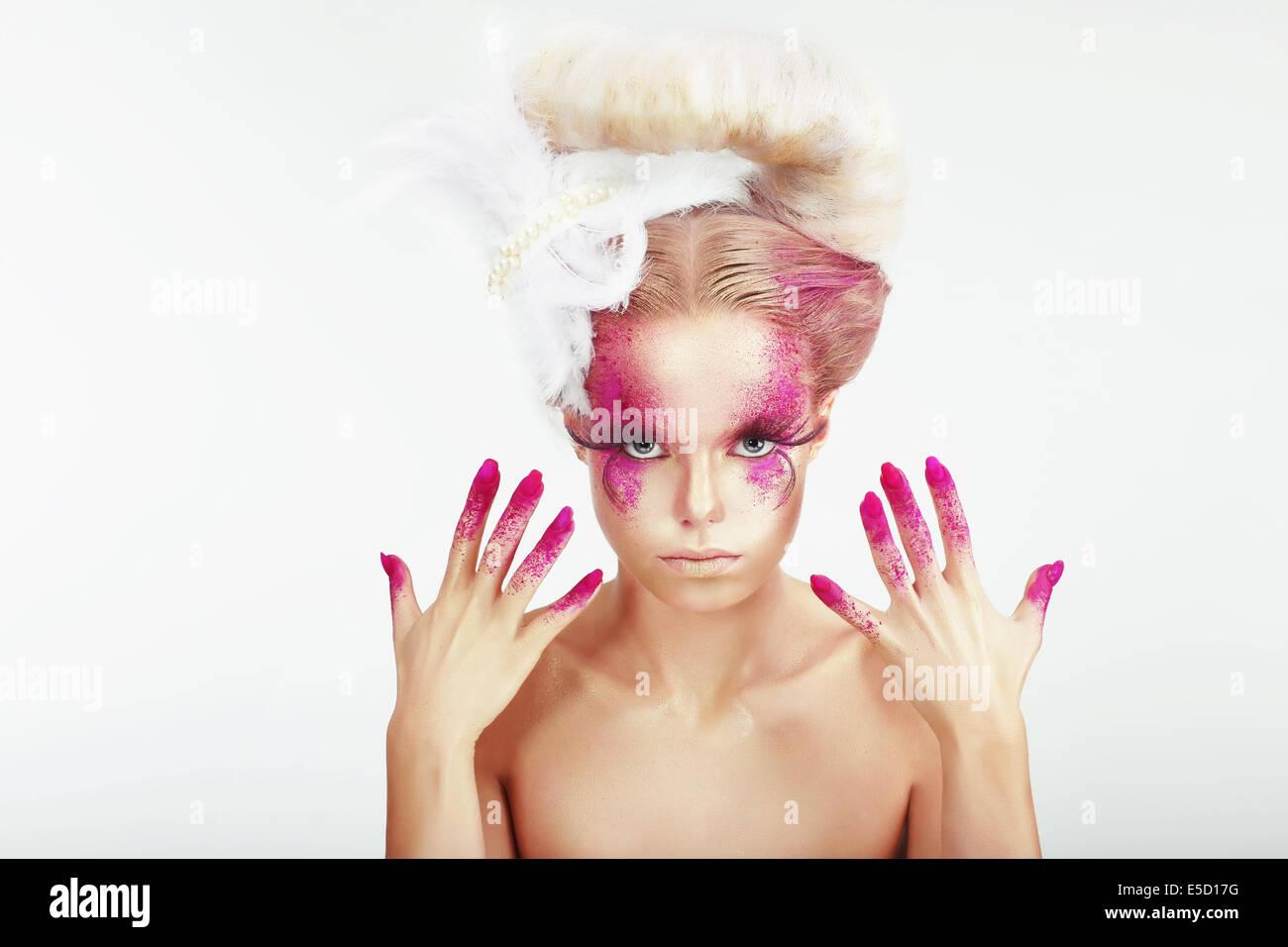 Trucco creativo. Outre donna faccia chiazzato e colorate le unghie Immagini Stock