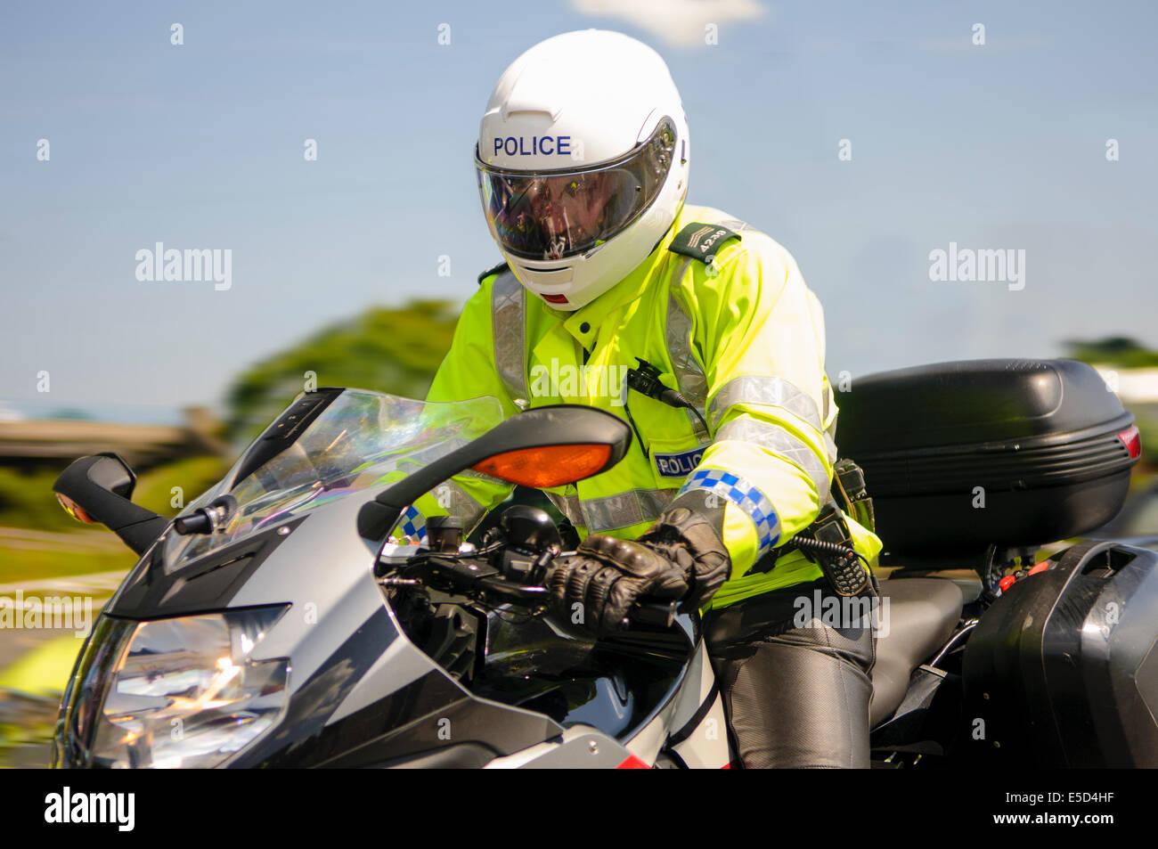 La polizia motociclista cavalca un camuffati moto della polizia per aiutare con la rilevazione delle infrazioni Immagini Stock