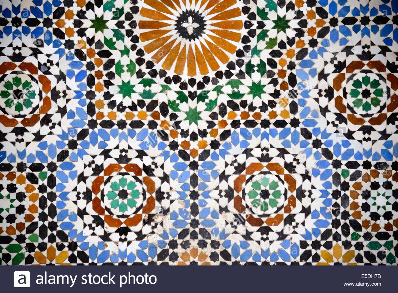 Piastrelle colorate su una parete in fes marocco foto & immagine