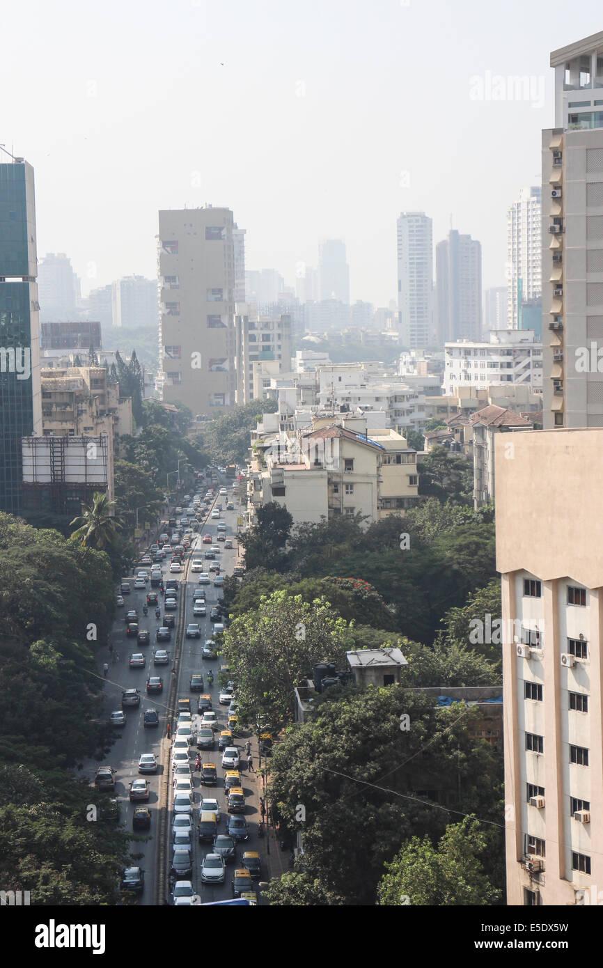 Vista lungo Dr Gopalrao Deshmukh Marg (Pedder Road) verso Kemp's Corner e il centro della città di Mumbai Immagini Stock