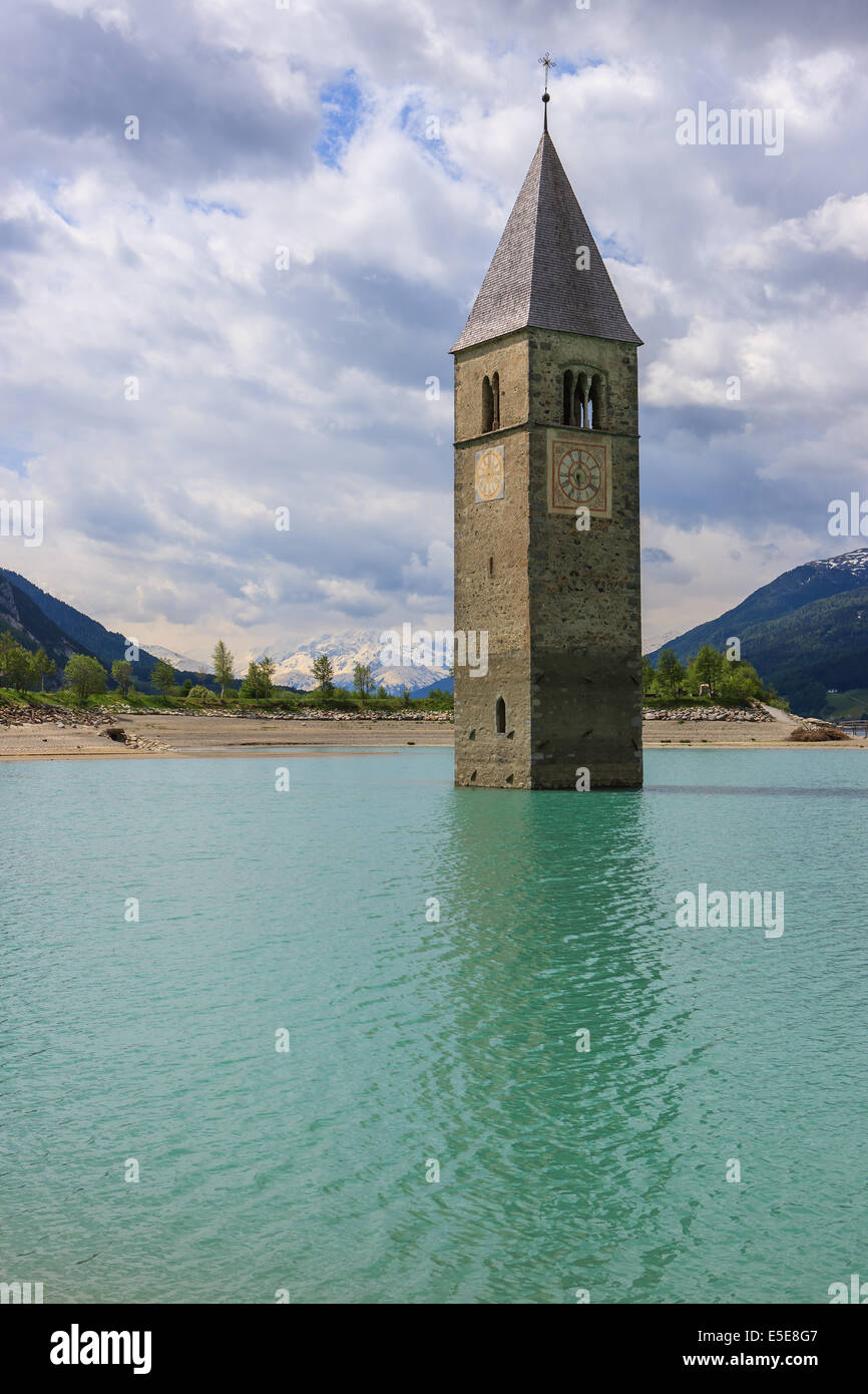 Il campanile in Reschensee, al confine di Italia e Austria Immagini Stock