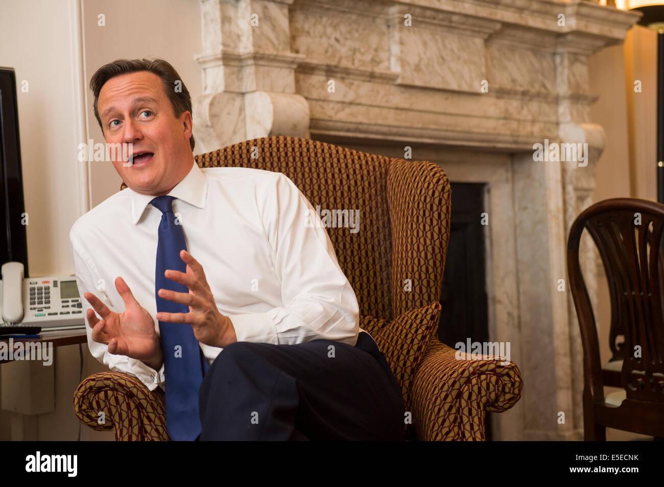 .David Cameron del Primo ministro britannico in n. 10 di Downing Street Foto Stock