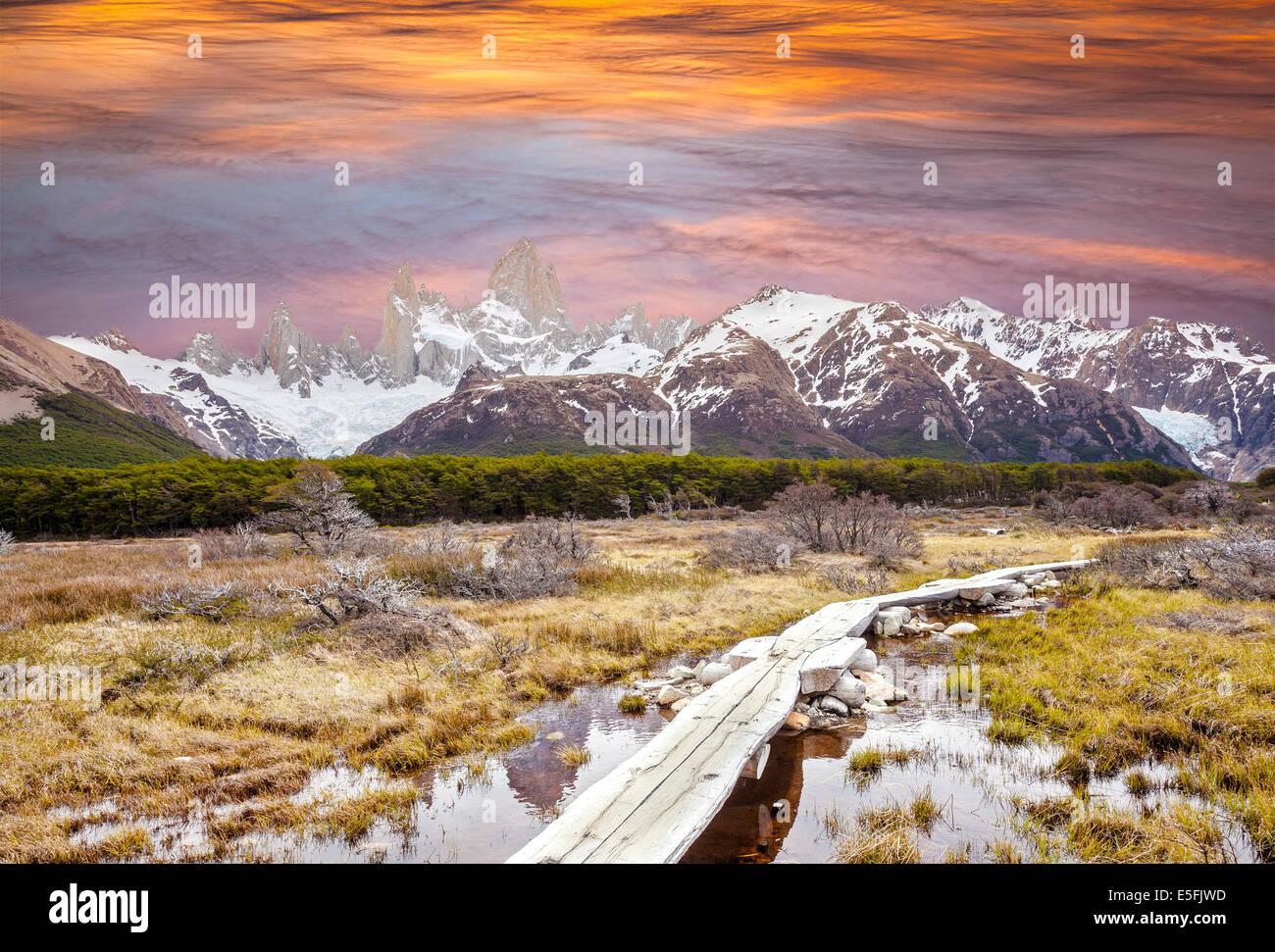 Il Footbridge nelle Ande, Fitz Roy mountain range, Patagonia, Argentina Immagini Stock