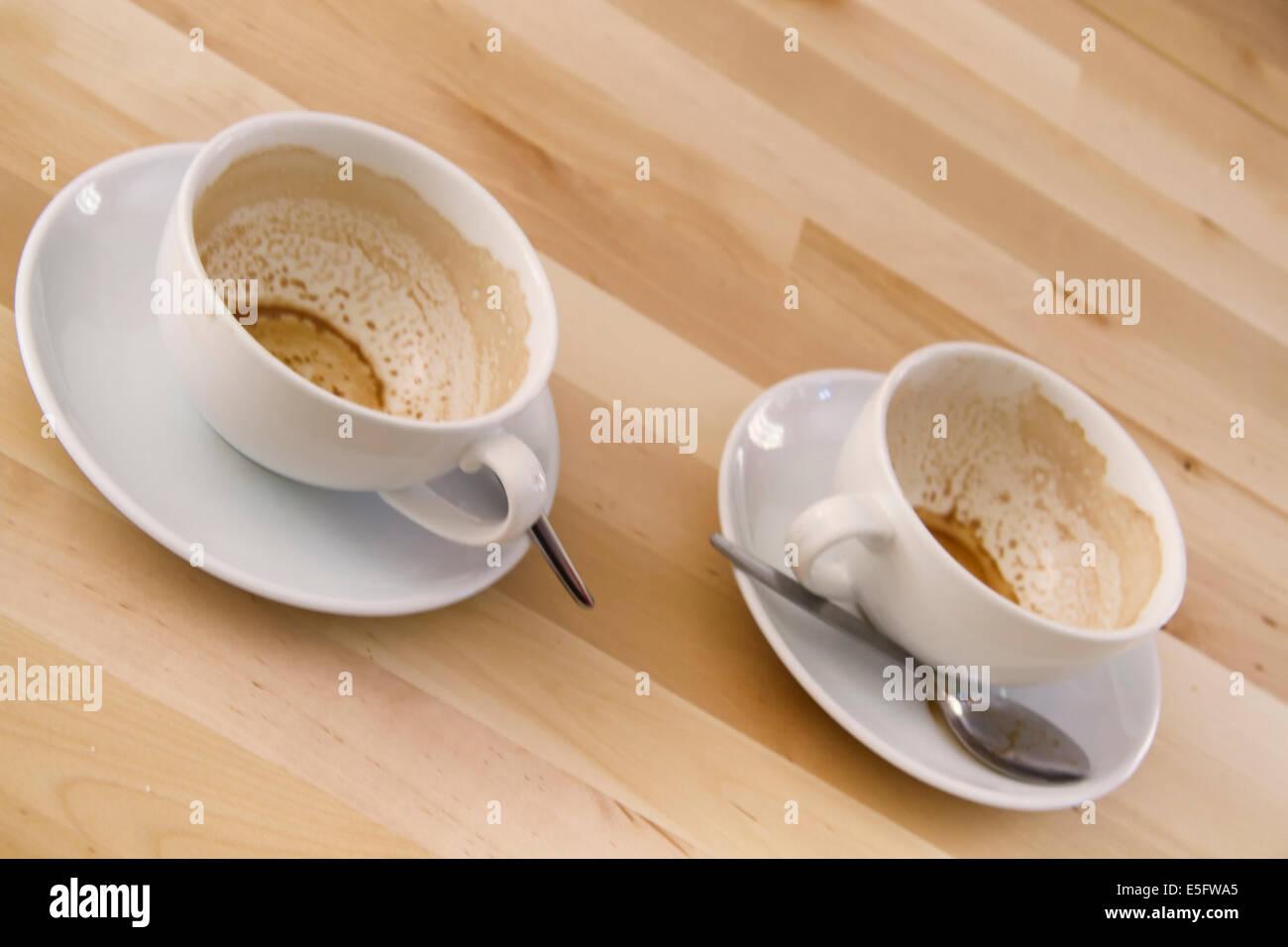 Vuoto due tazze di caffè su di un tavolo di legno foto & immagine