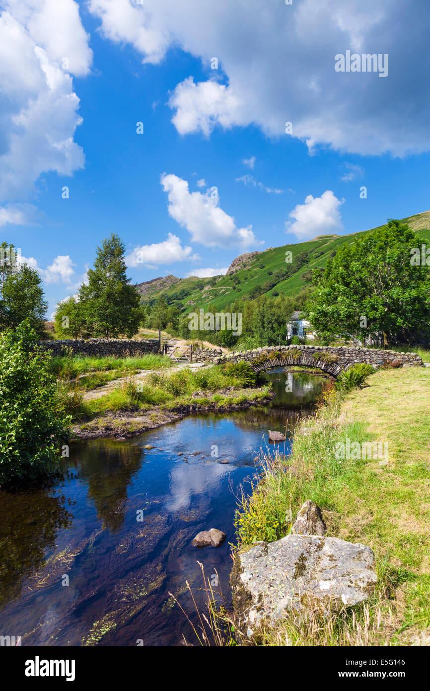 Biridge oltre Watendlath Beck a Watendlath Tarn, Borrowdale, Lake District, Cumbria, Regno Unito Foto Stock