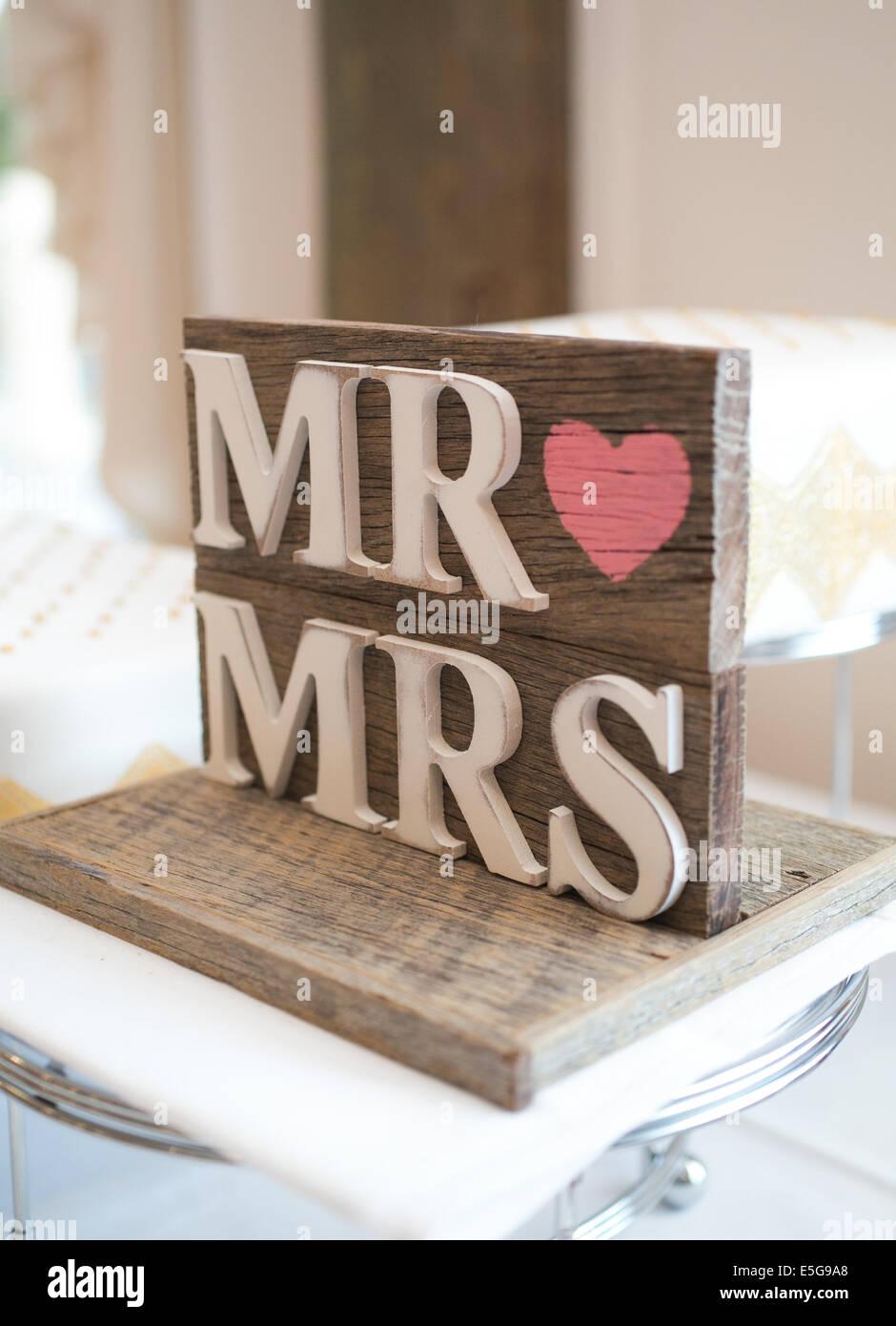 Mr & Mrs firmare al ricevimento di nozze Immagini Stock