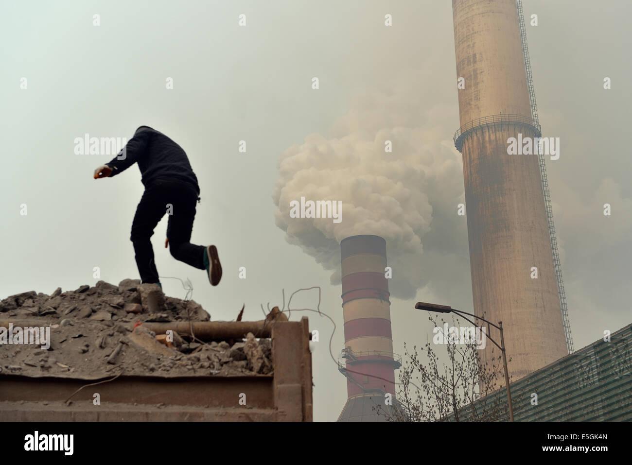 Emissione di fumo nero dal camino di un privato Ferro e acciaio fabbrica in Tangshan, nella provincia di Hebei (Cina). Immagini Stock